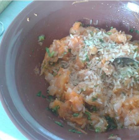 1. Смешаем фарш, тертую морковь, 1 ст.л. растительного масла и зелень. Перемешаем и  перетрем в блендере.