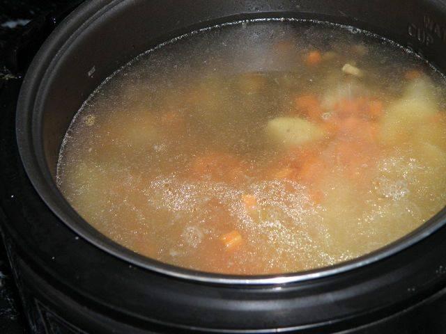 Овощи добавьте к грибам, залейте все водой.