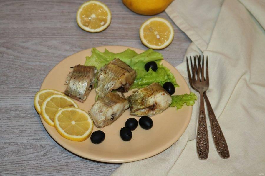 Подавайте рыбу с зелёным салатом и рисом. Сбрызните соком лимона.