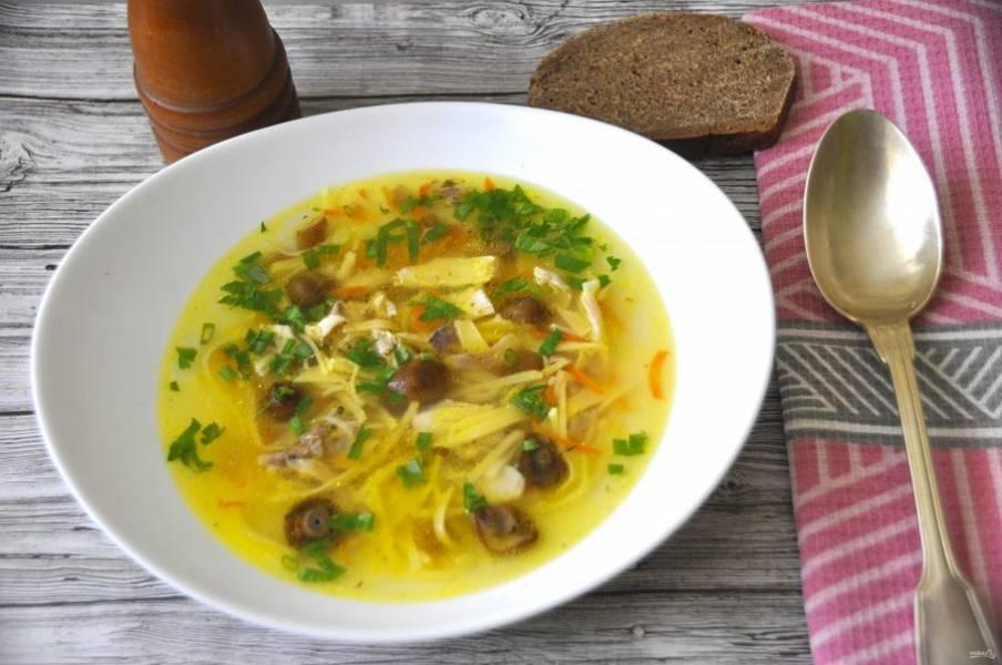 Пусть лапша настоится 5 минут, в это время нарежьте зелень, теперь можно разливать суп по тарелкам. Добавляйте в него зелень и приятного аппетита!