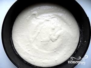 Сначала готовим тесто. Для этого в глубокой миске. Взобьем три яйца, добавим сметану, майонез, муку, соль, соду. Лучше всего тесто вымешивать при помощи миксера или блендера. Тесто должно быть по консистенции похоже на сметану. Форму смазываем маслом или посыпаем манкой и выливаем в нее половину теста.