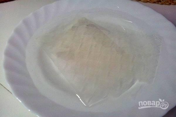 1.Листочки желатина замочите в холодной воде и оставьте на 10 минут.