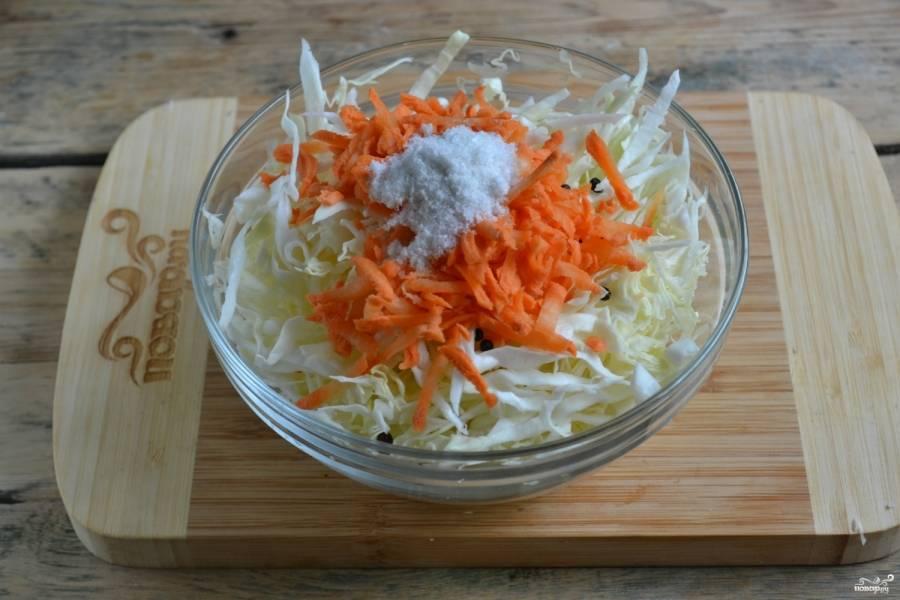 В миску с капустой положите соль и перец горошком.