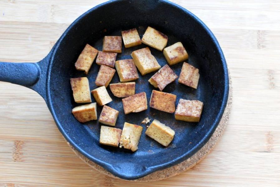 Обжарьте тофу на сухой сковороде до румяной корочки с двух сторон.