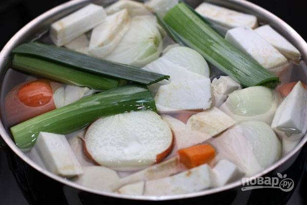 Все овощи залейте водой в кастрюле. Доведите её до кипения. Затем уменьшите огонь.