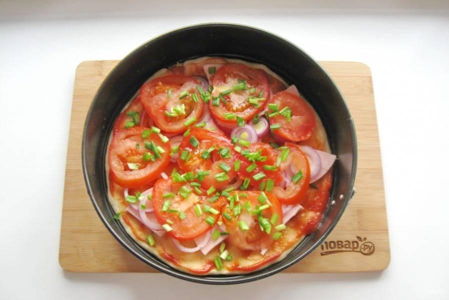 Зеленый лук нарежьте и мелко и посыпьте помидор.