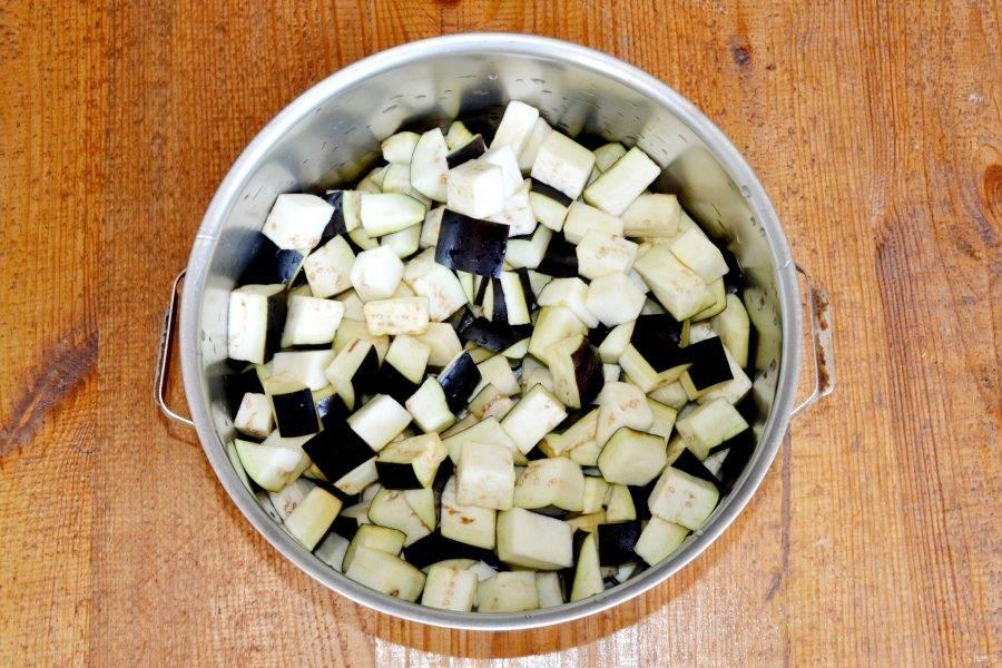 Залейте баклажаны водой, добавьте соль и поставьте на огонь. Проварите после закипания около 15 минут до мягкости (важно не переварить!). В конце добавьте уксус.