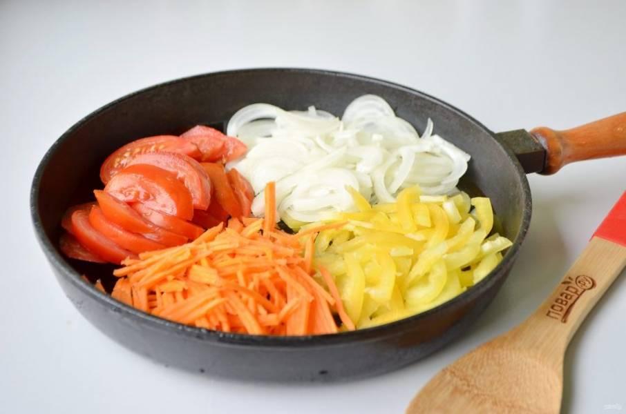 4. Порежьте тонко все остальные овощи: лук, перец, морковь и помидор. Обжарьте на растительном масле до готовности.