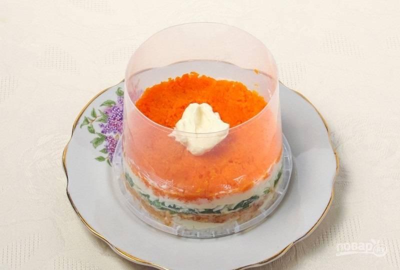 7.Отварную и измельченную морковь укладываю поверх белков и смазываю майонезом.