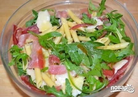 Добавим в салат щепотку соли и перца, оливковое масло и (по вкусу) лимонный сок.