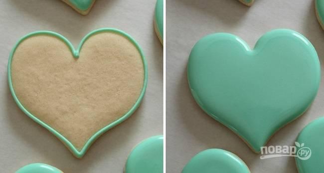 1. Основным тоном будет глазурь вот такого зеленого цвета. Для начала обрисуйте контуры, а после аккуратно заполните их айсингом. Оставьте печенье, пока глазурь не застынет немного.
