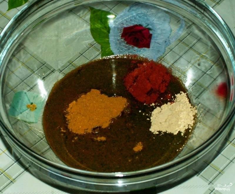 Сделать маринад: растереть венчиком оливковое масло с медом, соевым соусом и чесноком, добавить соль и пряности, тщательно перемешать.