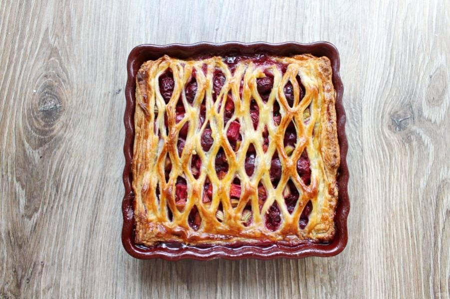 Выпекайте пирог в горячей духовке при температуре 180 градусов в течение 30 минут. Готовый пирог полностью остудите.