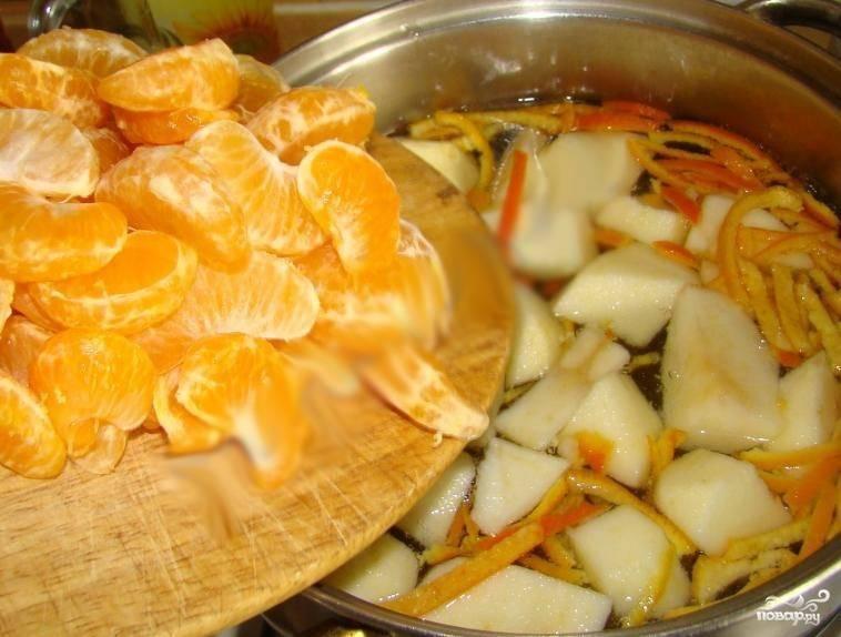 3.В кастрюлю добавляем воду, ставим на огонь и ждем, когда закипит. Как только вода закипела, бросаем порезанную ломтиками кожуру мандарина и провариваем минуту, после бросаем яблоки. Еще через минут пять бросаем мандарин.