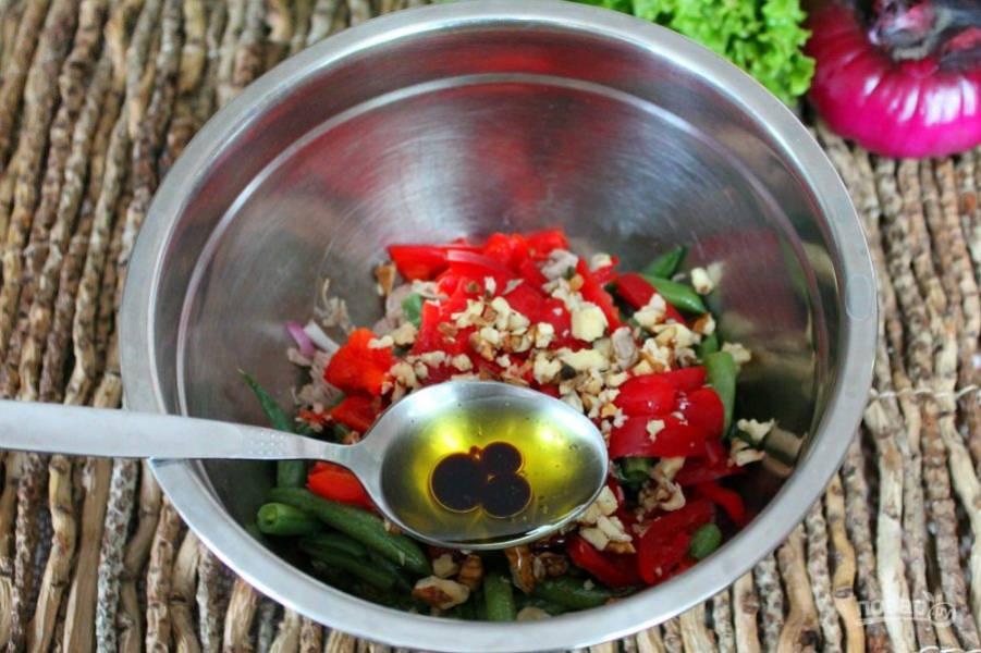Заправляем салат оливковым маслом и бальзамическим уксусом. Насыпаем немного соли и перца. Все перемешиваем.
