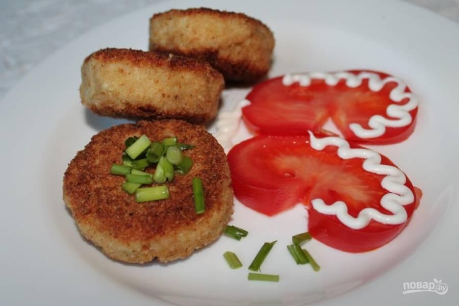 8.Готовые котлетки выкладываю на тарелку, к столу подаю с мелко рубленой зеленью и овощами.
