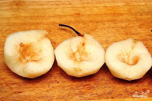 Тем временем очищаем груши от кожуры, однако не удаляем плодоножку. Аккуратненько вырезаем сердцевину.