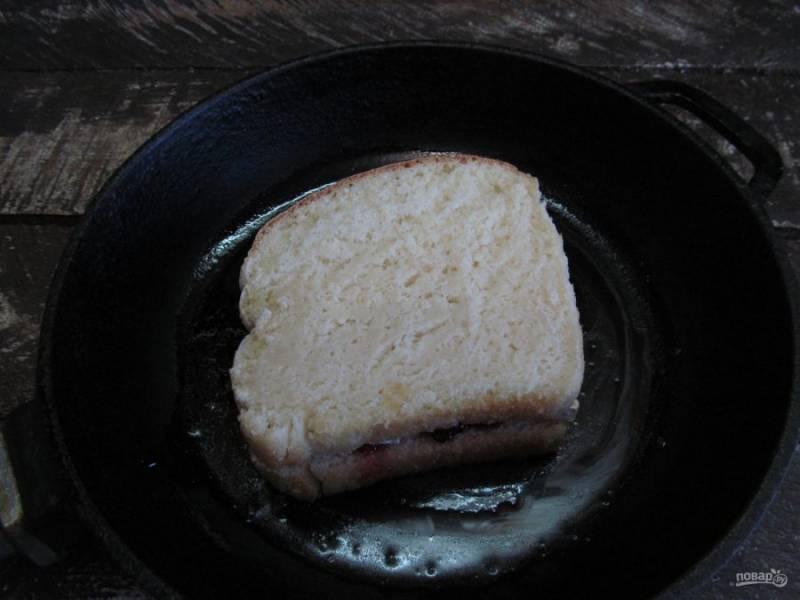 Накройте вторым ломтиком хлеба.
