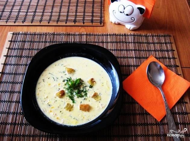 4.В бульон добавьте кокосовое молоко и сливки. Куриное филе и бекон мелко порежьте. И положите в кастрюлю. Добавьте веточку мяты. Посолите, поперчите по вкусу и на медленном огне доведите до готовности. На сковороде обжарьте кубики хлеба в сливочном масле. Сырный суп Тануки готов. Приятного аппетита.