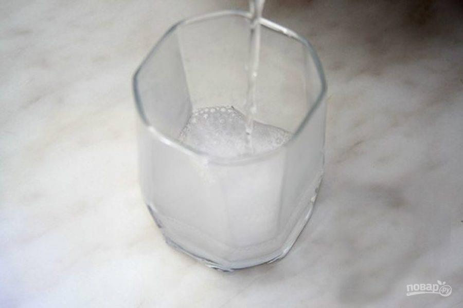 Погасите соду в стакане крутого кипятка.