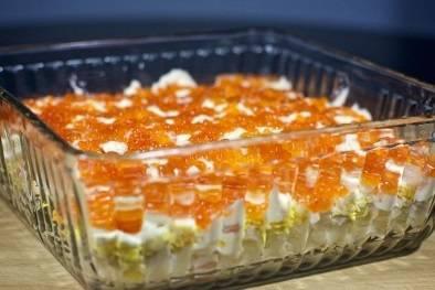 16. Готовый салат королевский нужно охладить и оставить в холодильнике на 6-8 часов. Не забудьте салатницу обернуть пищевой пленкой.