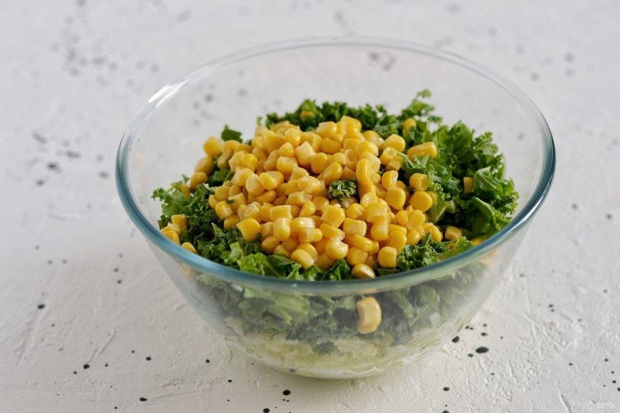 Добавьте в миску порубленный кейл и консервированную кукурузу. Посолите, поперчите и приправьте смесь сухим чесноком.