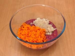 Для начала необходимо измельчить печень, морковку и лук, затем пропустить все через мясорубку.