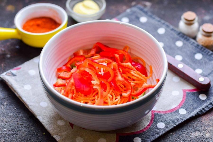 Болгарский перец очистите от семян, удалите перегородки. Нарежьте перец полосками, добавьте в салат.