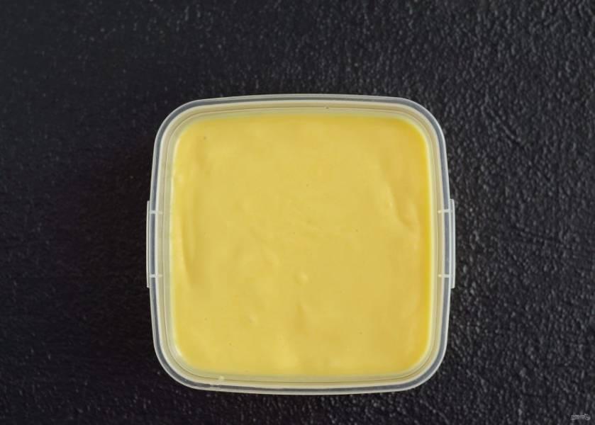 Перелейте пюре в контейнер, закройте крышкой и отправьте в морозильную камеру на 6-8 часов.