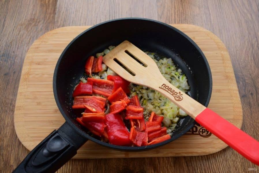 4. К оставшемуся на сковороде маслу добавьте сливочное масло, крупно нарезанные лук и чеснок, пассеруйте 2 минуты. Затем добавьте перец, нарезанный на средние ломтики, и готовьте 2 минуты.