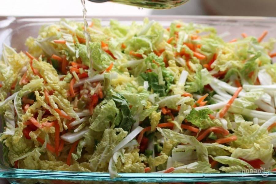 5.Влейте маринад к овощам и перемешайте, посолите и поперчите по вкусу, накройте пленкой и отправьте в холодильник на ночь.