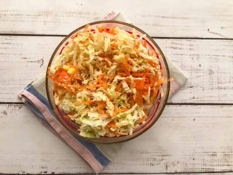 Заправьте салат, посолите и хорошо перемешайте.