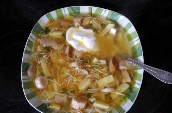 После этого сразу выключайте суп и подавайте его со сметаной. Приятного аппетита!