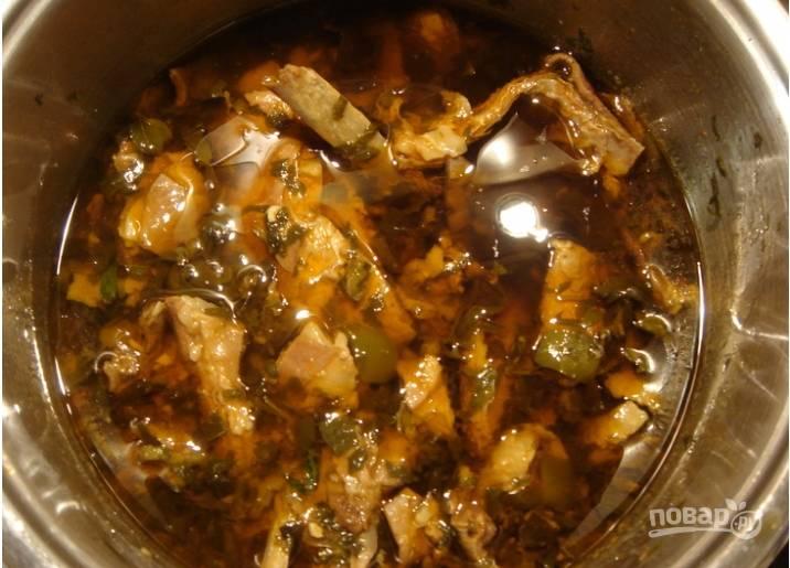 """Далее кладем """"Ткемали"""" по вкусу и тушим блюдо на небольшом огне около трех часов. В конце по желанию можете добавить измельченный чеснок."""