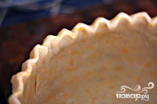 6. Разогреть духовку до 190 градусов. Раскатать тесто на посыпанный мукой поверхности в круг диаметром 40 см. Выложить в форму для пирога, формируя бортики.
