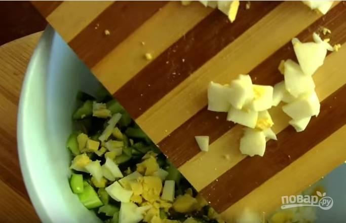 2. Отваренные вкрутую яйца нарежьте такими же кубиками.