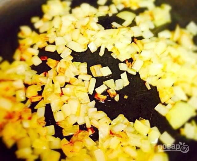 6.На отдельной сковороде обжарьте луковицу с растительным маслом.