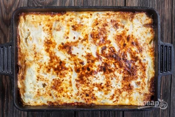 9.Выпекайте в разогретой духовке на протяжении 45 минут. После оставьте готовое блюдо на 5-7 минут, чтобы немного остыло, разрезайте на порционные кусочки и подавайте к столу!