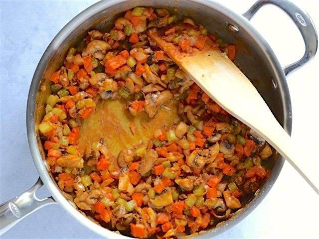 2.Нарежьте мелким кубиком лук и обжарьте его на растительном масле, добавьте к нему чеснок, а спустя минуту выложите нарезанную кубиками морковь и кусочки сельдерея. Обжаривайте все до мягкости сельдерея. Нарежьте небольшими кусочками грибы, добавьте к ним соль, паприку, сушеный тимьян, молотый перец. Когда грибы будут мягкие, добавьте к овощам муку, томатную пасту и перемешайте.