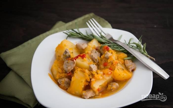 6.Готовое блюдо накрываю крышкой, выключаю огонь и оставляю на 15-25 минут. Подаю картофель со свининой в горячем виде.