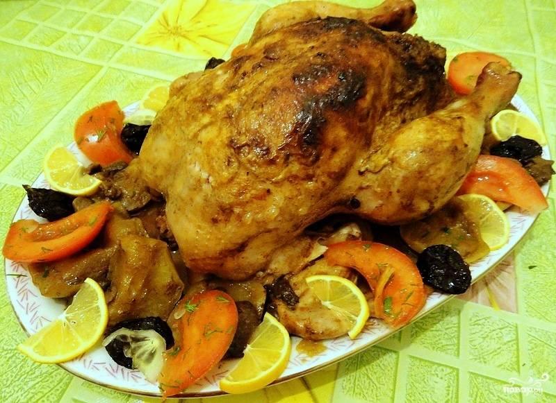 Минут за 10 до окончания приготовления температуру можно увеличить до 200С, чтобы курица хорошо зарумянилась. Выньте нитки, достаньте яблоки и чернослив, украсьте ими курочку. С этой же целью можно использовать дольки лимона, апельсина, персика - блюдо получится еще более экзотическим и ярким! Приятного аппетита!