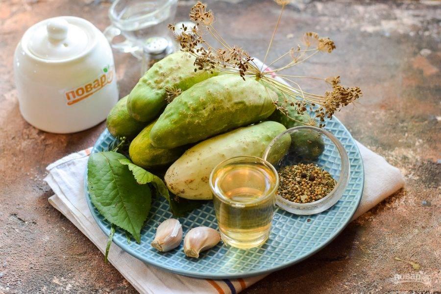 Подготовьте ингредиенты. Специи для засолки можно использовать по вкусу, часто в них входит набор — горчица в зернах, кориандр, сушеный чеснок, перец горошком, душистый перец, сушеный укроп.