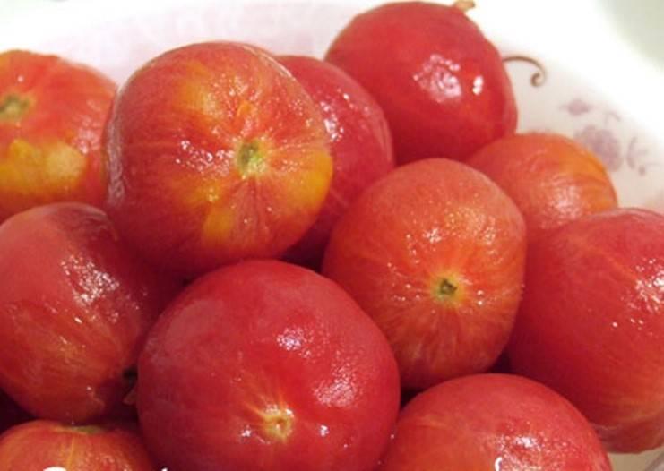 Сначала подготовим овощи. Помидоры обдайте кипятком, затем окуните в холодную воду. Кожура будет легко сниматься. Снимите её и мелко порежьте помидоры.  Свеклу и морковь потрите на крупной терке, лук и перец нарежьте кубиками. Из перца предварительно следует удалить семена. Зелень измельчите.