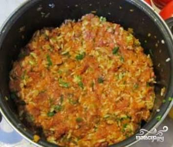 Рис отварите до полуготовности (варите в течение 5-6 минут) и охладите. Смешайте рис, обжаренные овощи, фарш, специи и мелко нарезанную зелень. Начинка готова.