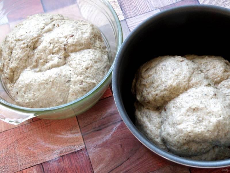 Сверните жгут в круг и уложите в смазанную форму. Так же поступите со второй частью теста. Дайте хлебам расстояться в форме до краев, тесто должно подойти вдвое. Затем выпекайте в духовке, сначала поставив температуру на 120 градусов и плеснув на дно духовки полстакана горячей воды. Затем, когда вода испарится, увеличьте температуру до 200 градусов, пеките до румянца и сухого донышка.