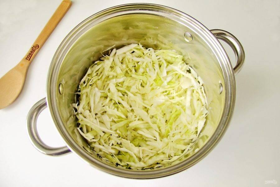 Добавьте к капусте щепотку соли и помните немного руками, чтобы она пустила сок.