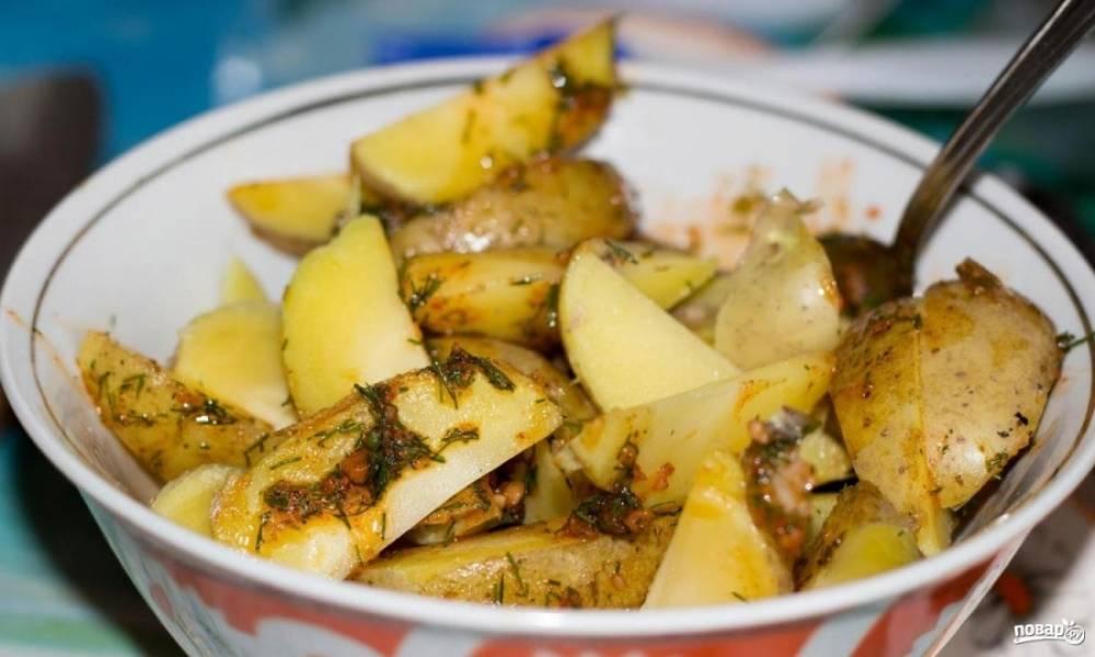 3.Остывшую картошку разрезаю дольками одного размера, и перемешиваю с приготовленным соусом.