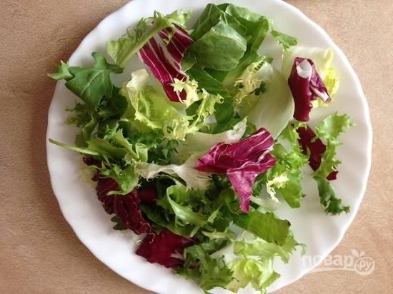 Разложим листья салата на тарелки.