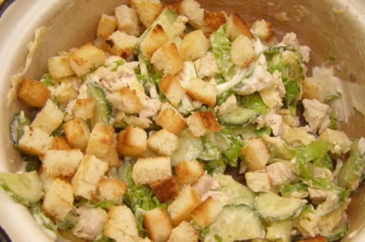 Соединяем все ингредиенты в глубокой емкости. Заправляем салат майонезом, тщательно перемешиваем. Соль и перец по вкусу.
