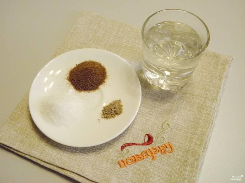 Подготовьте фильтрованную воду, кофе, кардамон молотый и сахар (по желанию). Доведите воду до кипения.